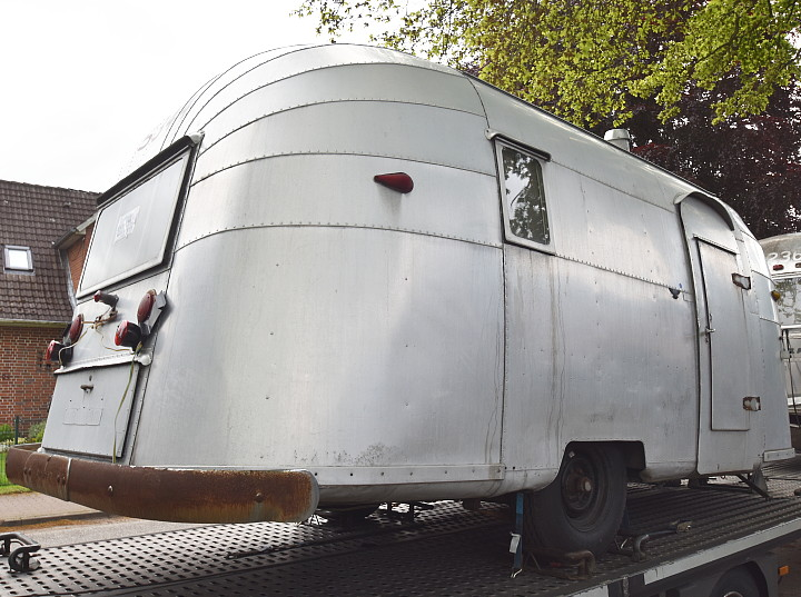 18_Feet_Vintage_Airstream%20Wanderer_doorsite.jpg