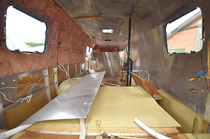 Airstream_Excella_1000_1994_empty_interior.jpg