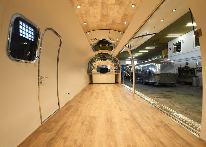 29ft_airstream_eventbuehne_inside1.jpg